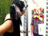 Vidéo porno mobile : Le clown montre ses farces et attrape une bonnasse